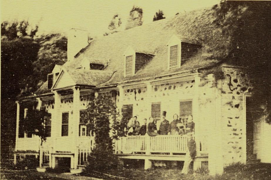 La maison Lacoste a été construite en 1741.... (PHOTO FOURNIE PAR LA SOCIÉTÉ DES ÎLES-PERCÉES, COLLECTION JUGE MARC LACOSTE)