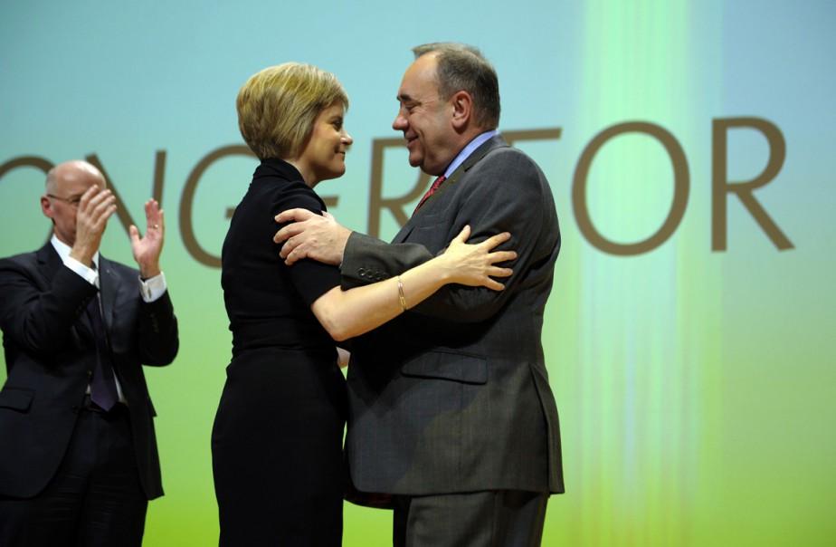 À Nicola Sturgeon, à qui il passe le... (PHOTO ANDY BUCHANAN, AFP)