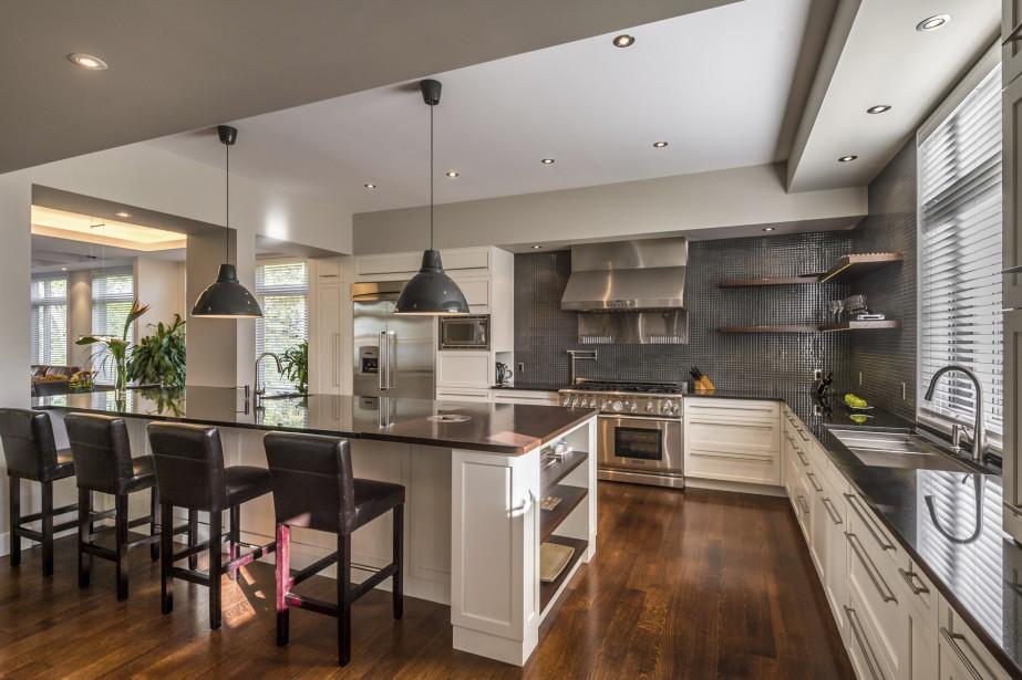 De construction récente, la cuisine est très bien équipée, même si les proprios ne font pas beaucoup à manger. La pièce est conviviale et les amis et proches de passage peuvent échanger autour d'une bonne bouteille de vin, ou s'adonner à cuisiner si ça leur chante. (PHOTO FOURNIE PAR MICHAEL GREEN PHOTOGRAPHY)