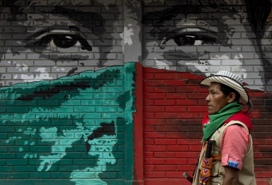Un membre de la guérilla colombienne des... (PHOTO LUIS ROBAYO, Archives AFP)