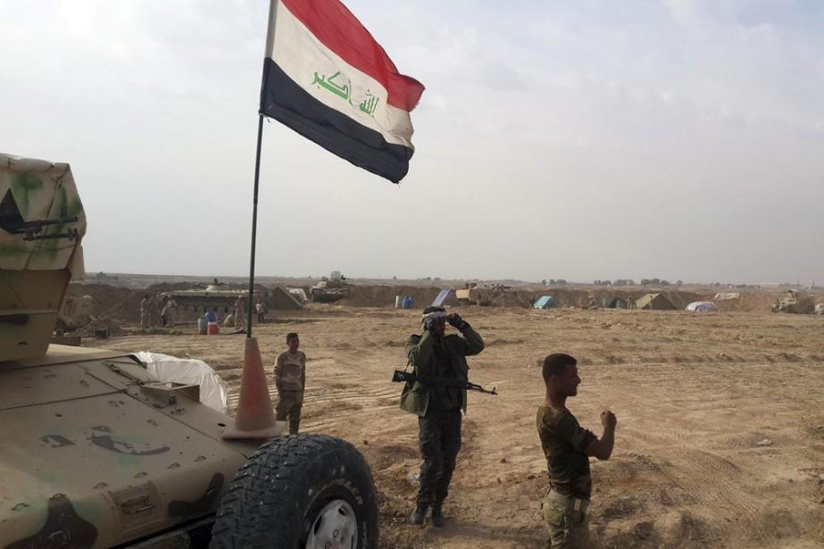 Des troupes irakiennes et des milices kurdes montent... (PHOTO YOUNIS AL-BAYATI, AFP)