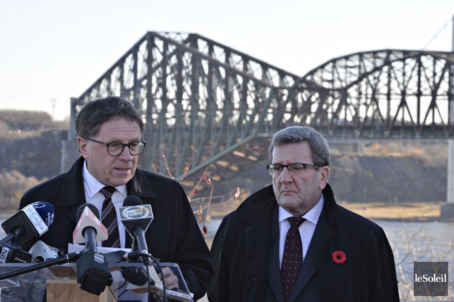 Régis Labeaume, maire de Québec, et Gilles Lehouillier... (PHOTO PASCAL RATTHE, LE SOLEIL)