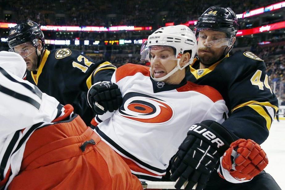 Zach Boychuk est mis en échec par Dennis... (PHOTO MICHAEL DWYER, AP)