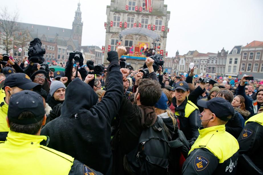 La police a arrêté 90 manifestants, samedi, alors... (Photo REMKO DE WAAL, AFP)