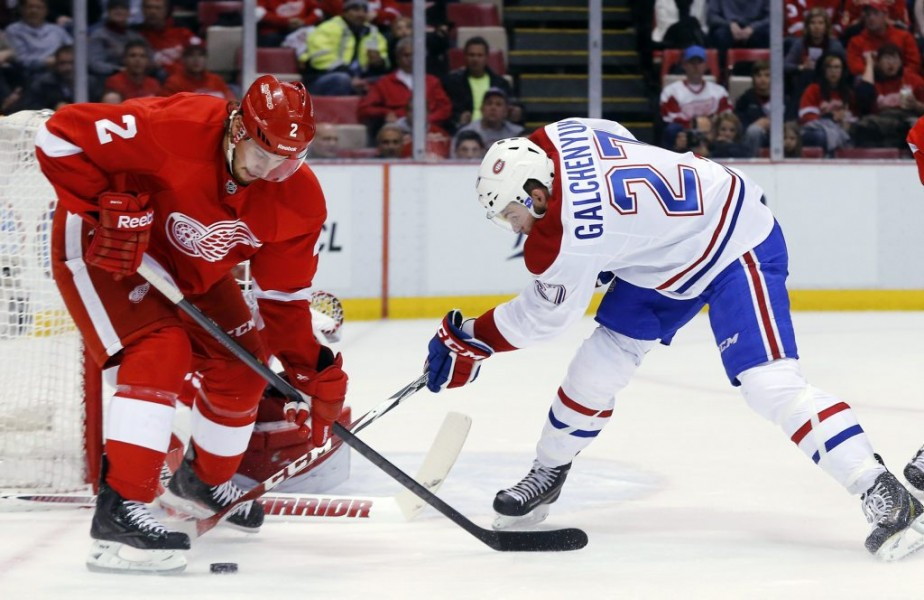 Alex Galchenyuk essaye de récupérer la rondelle face à Brendan Smith. (Photo AP)