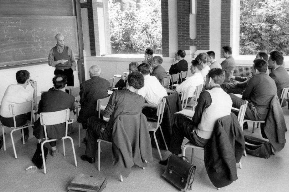 Alexandre Grothendieck (devant le tableau), dans les années... (PHOTO ARCHIVES ASSOCIATED PRESS)