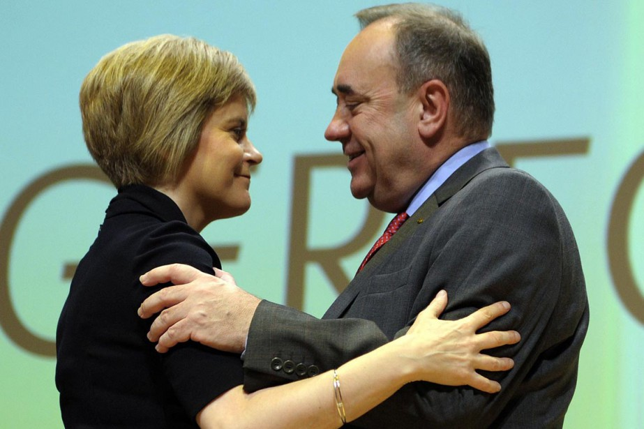 Nicola Sturgeon reçoit une accolade d'Alex Salmond, ancien... (PHOTO ANDY BUCHANAN, AGENCE FRANCE-PRESSE)