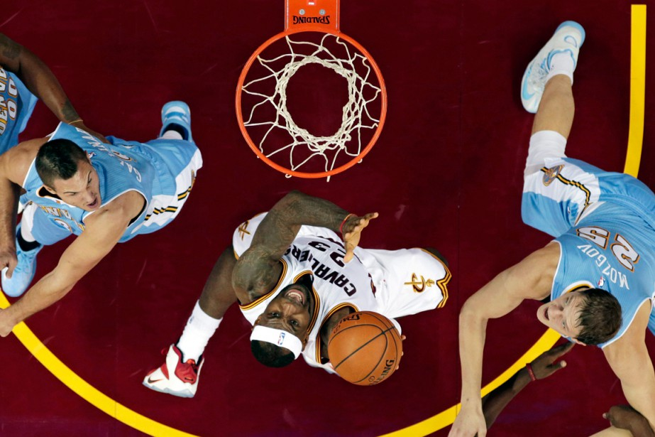 LeBron James (23) a inscrit 22 points dans... (Photo Tony Dejak, AP)