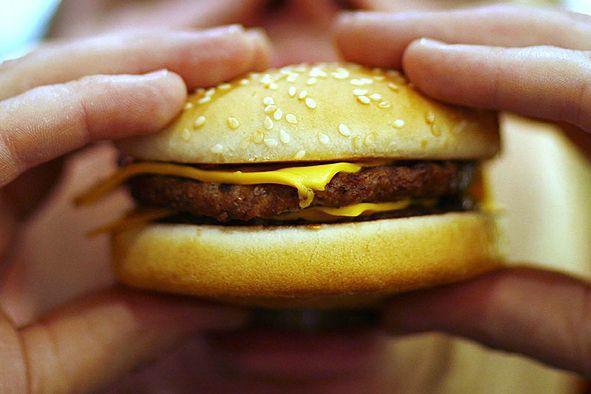 Une alimentation riche en gras saturés favoriserait... (Photo Archives AFP)