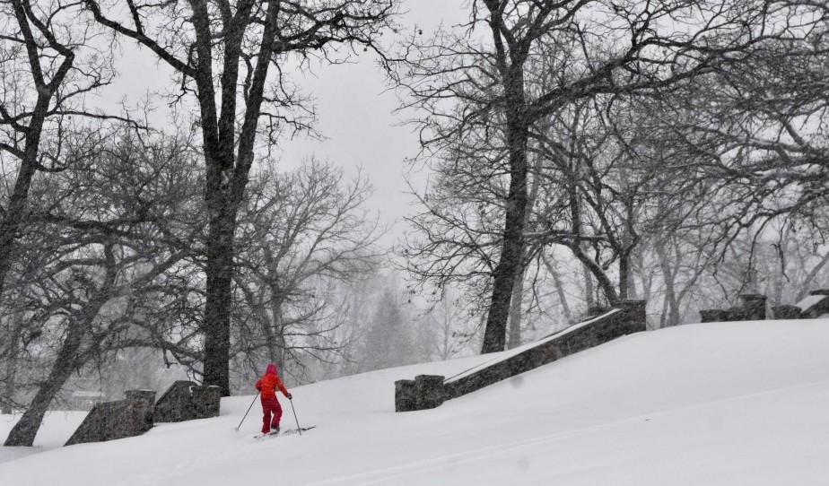 La neige fait le bonheur des uns. Ce skieur de fond profite des premiers flocons pour pratiquer son sport au Minnesota. (Associated Press)