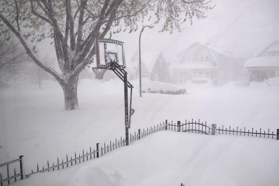 Près de trois pieds de neige ont recouvert la ville de Buffalo, dans l'État de New York. (Associated Press)
