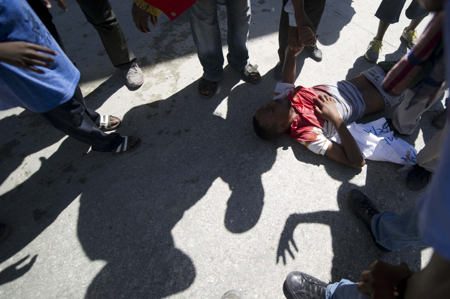Durant le branle-bas, un journaliste de l'Associated Press... (Photo HECTOR RETAMAL, AFP)