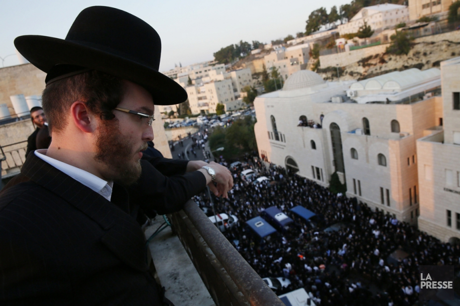 Des centaines de personnes ont envahi les rues de Jérusalem pour prendre part à une marche funèbre à la mémoire desvictimes. (PHOTO GALI TIBBON, AFP)