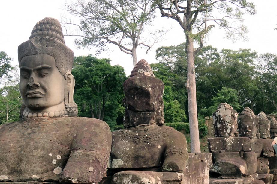 Deux rangées de sculptures précèdent la Porte du Sud à Angkor. (Photo Andrée Lebel, La Presse)