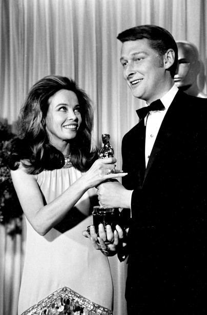 L'actrice Leslie Caron remet l'Oscar du meilleur réalisateur pour «The Graduate» à Mike Nichols en avril 1968. (Photo: archives AP)