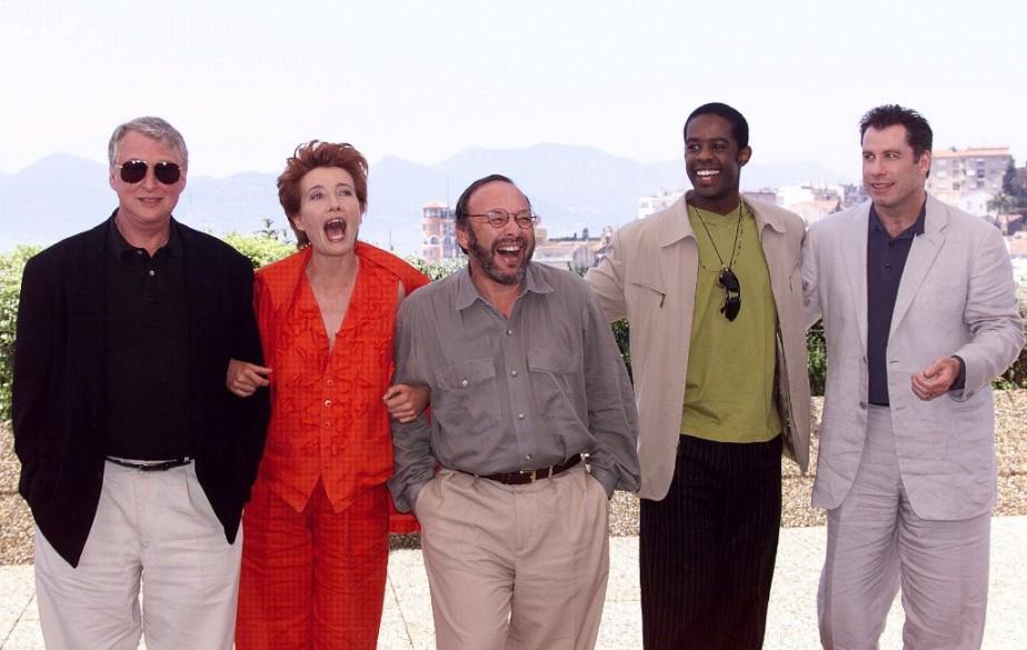 Mike Nichols, Emma Thomson, Joe Klein, Adrian Lester et John Travolta posent pour les photographes sur la terrasse du Palais des festivals à Cannes en mai 1998. (Photo: archives AFP)