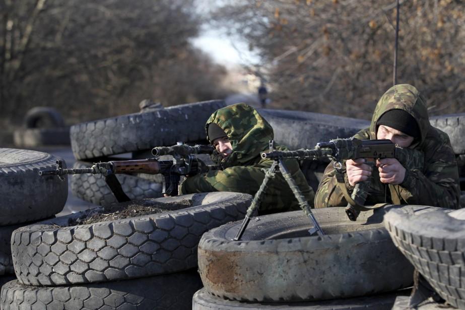 Des combattants prorusses prennent position à un point... (PHOTO ANTONIO BRONIC, REUTERS)