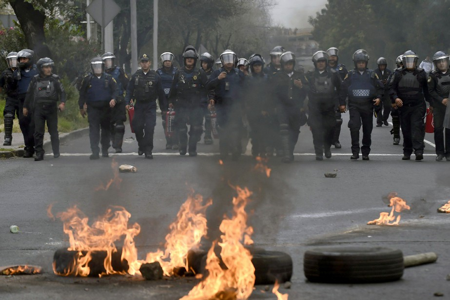 Un groupe de manifestants a affronté à coups... (PHOTO ALFREDO ESTRELLA, AFP)