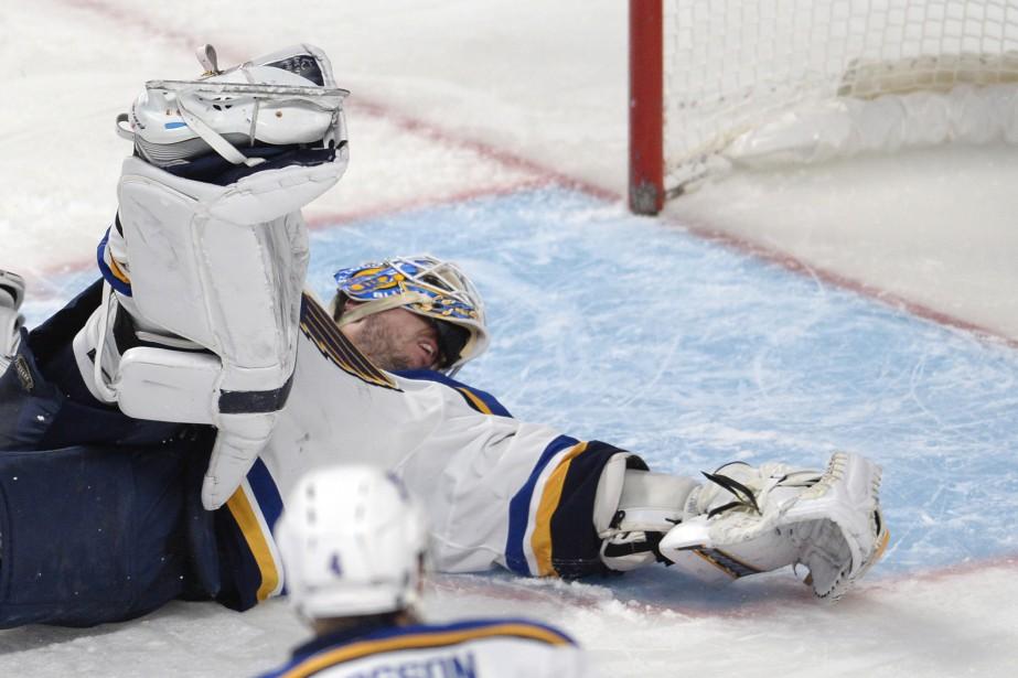 Le gardien des Blues s'effondre, après une grossière erreur de son défenseur. (Photo Bernard Brault, La Presse)
