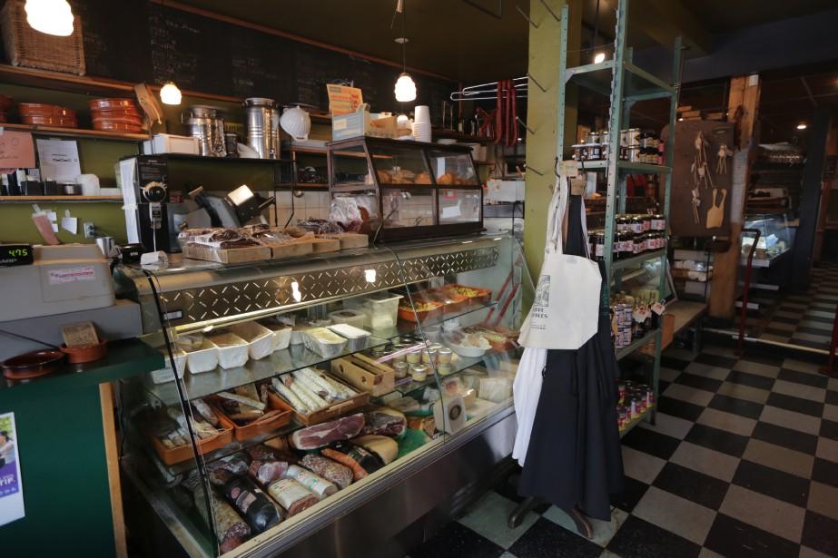 À l'Échoppe des fromages, on fait le plein de fromages et de viandes froides. (PHOTO MARTIN CHAMBERLAND, LA PRESSE)