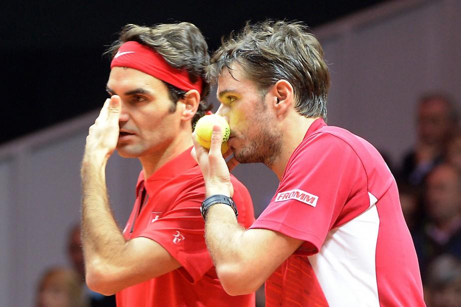 RogerFederer(à gauche) et Stanislas Wawrinka parlent stratégie pendant... (PHOTO DENIS CHARLET, AFP)