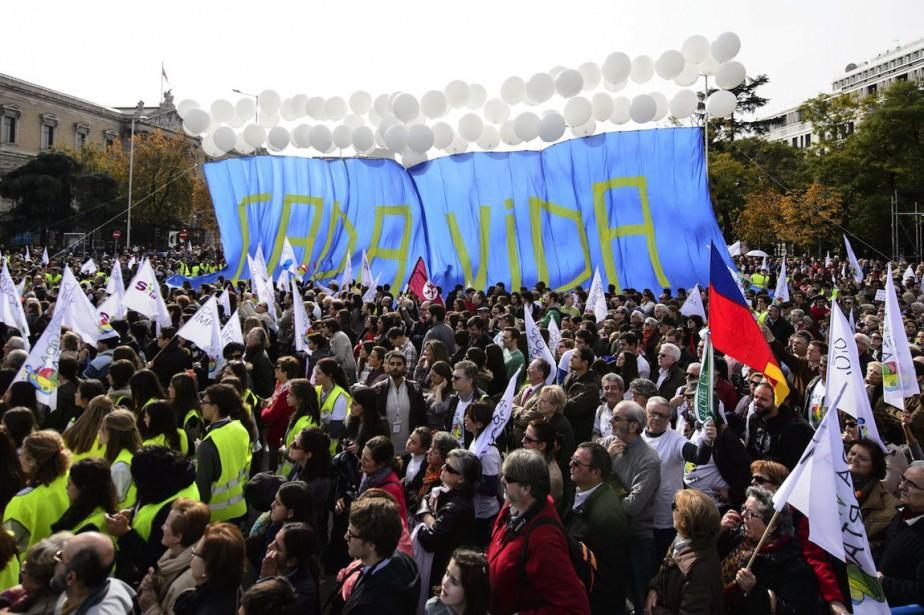 Des manifestants brandissaient une banderole où avait été... (PHOTO DANI POZO, AFP)