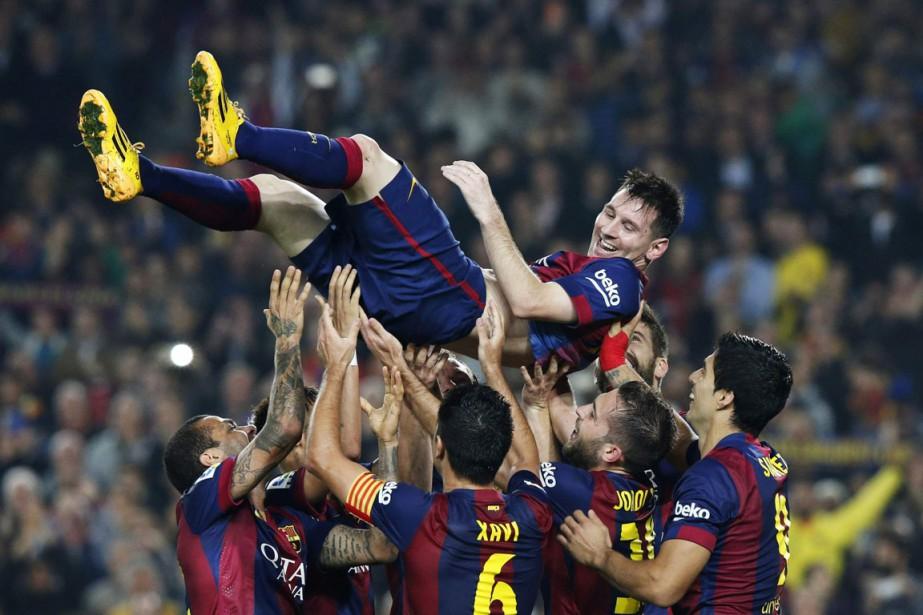 Lionel Messi a été porté par ses coéquipiers... (PHOTO GUSTAU NACARINO, REUTERS)