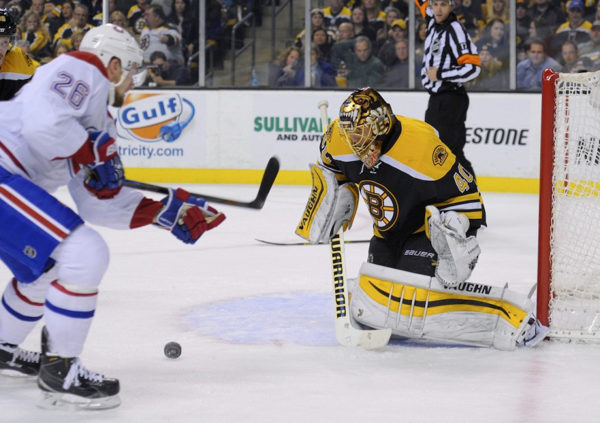 Le gardien de but Tuukka Rask (40) pare la rondelle de Jiri Sekac (26). (Photo Bob DeChiara, USA TODAY)