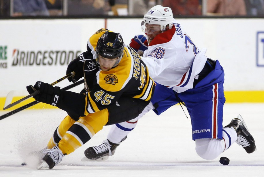 Joe Morrow (45) des Bruins et Jiri Sekac du Canadien se disputent la rondelle. (Photo Winslow Townson, AP)