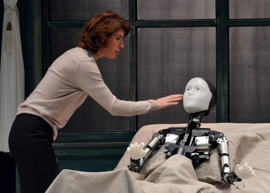 Un androïde donne la réplique à une actrice... (PHOTO YOSHIKAZU TSUNO, AGENCE FRANCE-PRESSE)