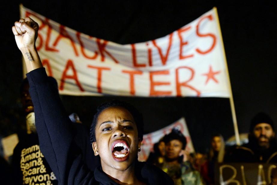 Brandissant des pancartes proclamant «Les vies des Noirs... (PHOTO JEWEL SAMAD, AFP)