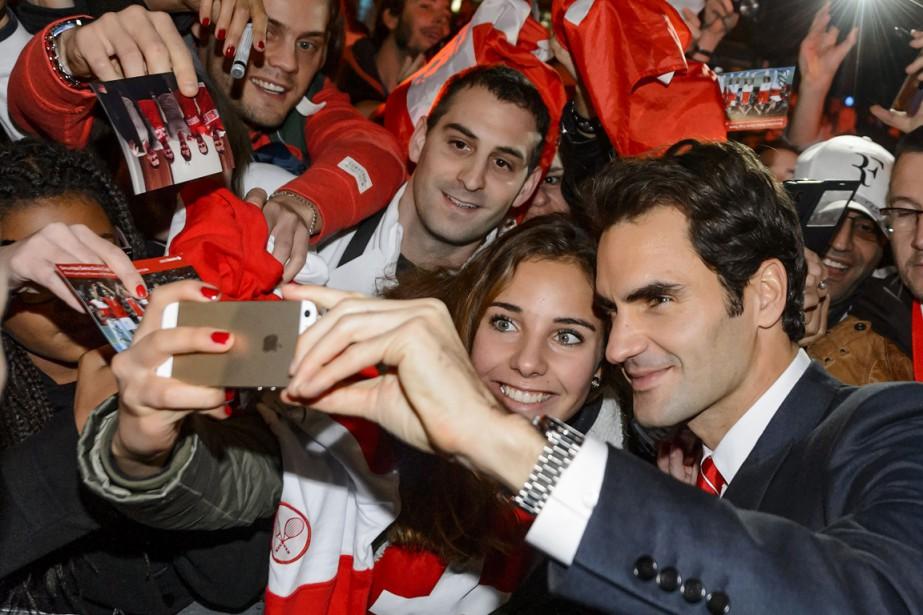 Roger Federer a pris un egoportrait avec des... (Photo Fabrice Coffrini, AFP)