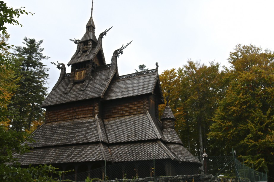 L'église «stavkirke» de Fantoft attire son flot de pèlerins gothiques. (Photo Jean-Christophe Laurence, La Presse)