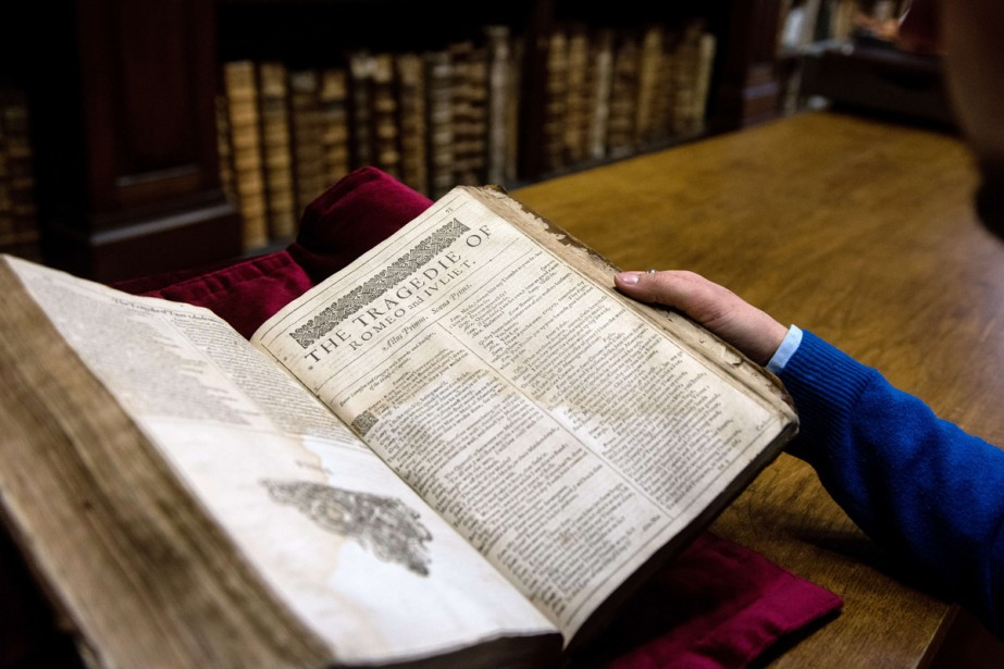 Un exemplaire du rarissime First Folio, première... (Photo: AFP)