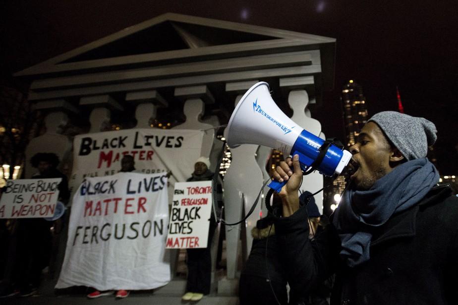 Manifestation en soutien à la victime Michael Brown... (Photo La Presse Canadienne)