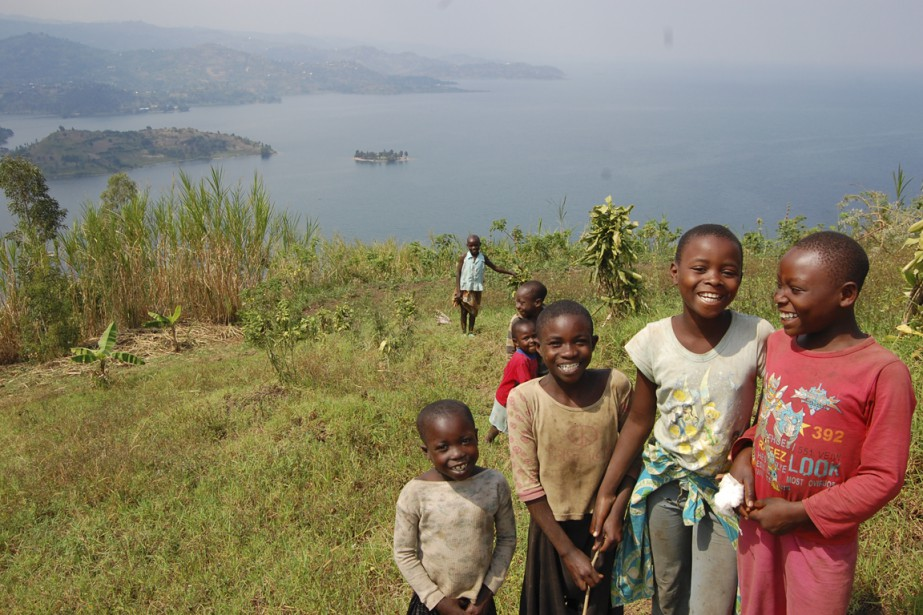 Des enfants prennent plaisirs à accompagner les visiteurs dans les collines qui surplombent le lac Kivu, près de Gisenyi. (Photo Jean-Thomas Léveillé, La Presse)