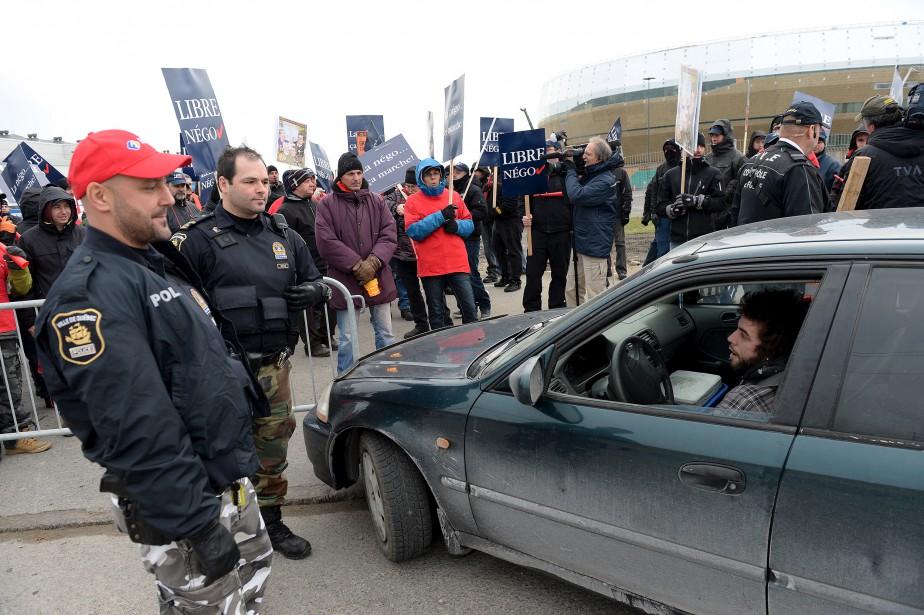 Tôt mercredi, les manifestants ont bloqué l'entrée du chantier de l'amphithéâtre. Le ton a monté avec cet automobiliste. (Le Soleil, Erick Labbé)