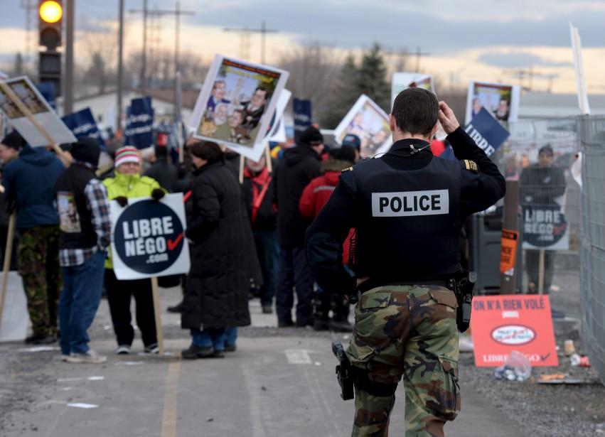 Tôt mercredi, les manifestants ont bloqué l'entrée du chantier de l'amphithéâtre. Les policiers sont intervenus. (Le Soleil, Erick Labbé)