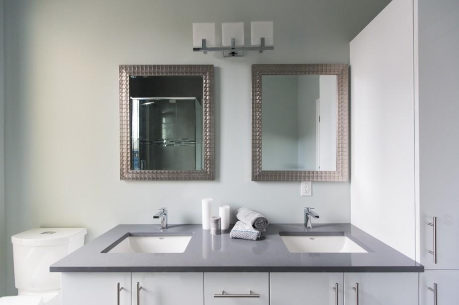 Dans la salle de bains, le comptoir sera aussi en quartz. Dans la douche, un panneau multi-jets est inclus. (Photo Edouard Plante-Fréchette, La Presse)