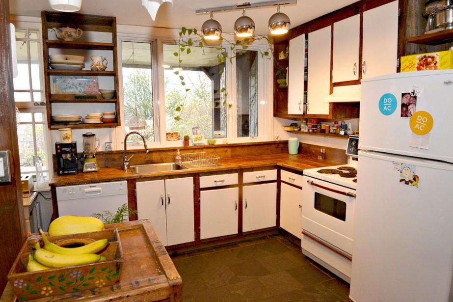 Le comptoir de la cuisine et la structure des armoires ont été faits avec le bois du tambour récupéré par les proprios. Les panneaux d'armoires proviennent d'un bungalow de Sainte-Foy qui a été démoli. (Le Soleil, Pascal Ratthé)
