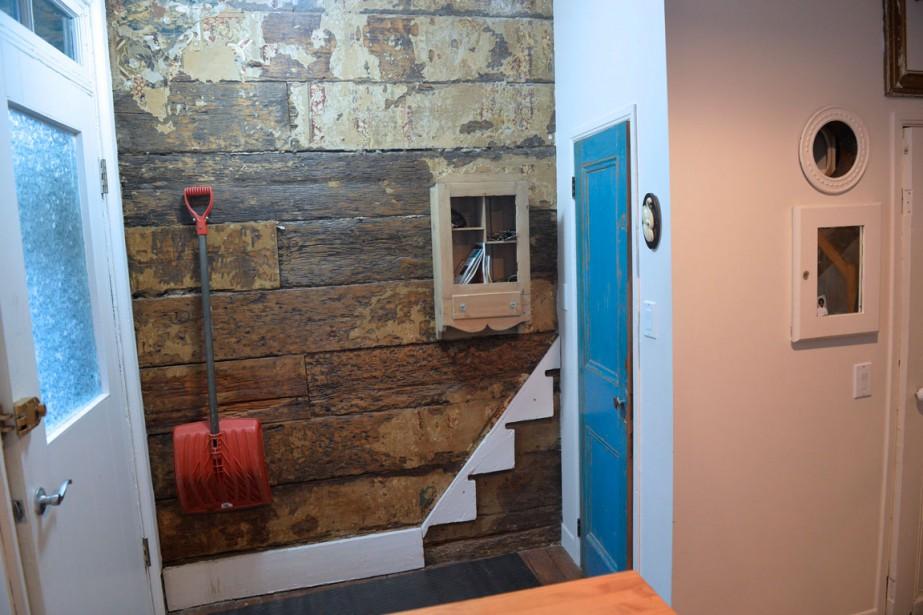 Dans l'entrée, on voit encore les vestiges du papier peint de l'ancien escalier sur le mur de pièce sur pièce. (Le Soleil, Pascal Ratthé)