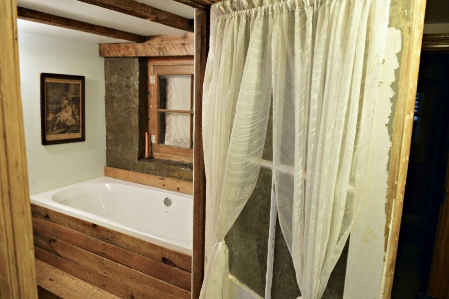 Dans la salle de bains du sous-sol, on trouve un évier récupéré dans un bungalow de Sainte-Foy qui a été démoli. ()