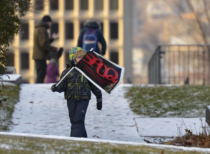 Les trompettes, les pancartes et les banderoles étaient visibles d'un peu partout samedi sur la Grande Allée dans la capitale. (Le Soleil, Yan Doublet)