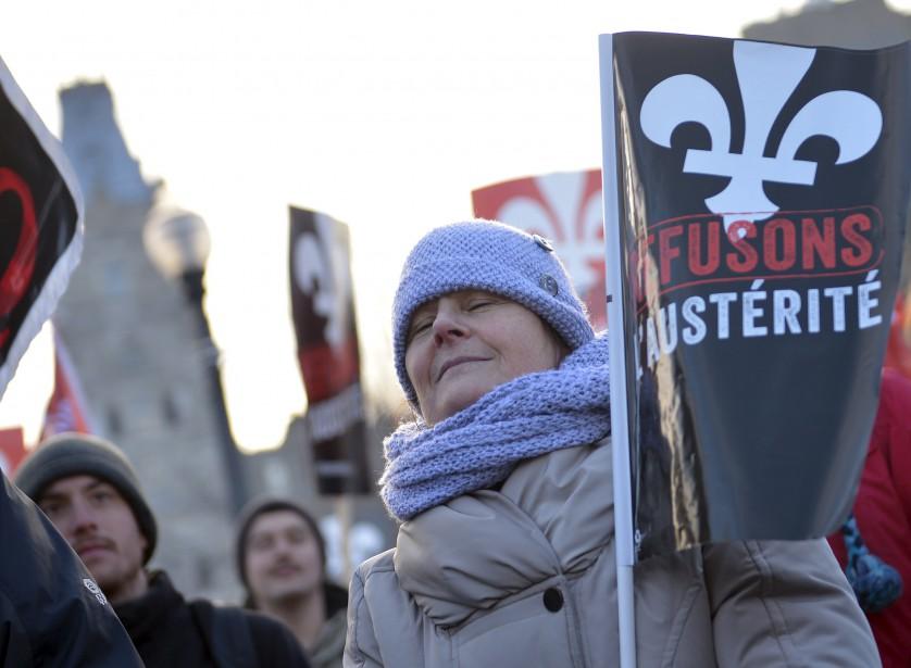 Plusieurs milliers de manifestants ont défilé du parc des Champs-de-Bataille jusqu'à l'Assemblée nationale afin de crier leur opposition aux compressions du gouvernement libéral. (Le Soleil, Yan Doublet)