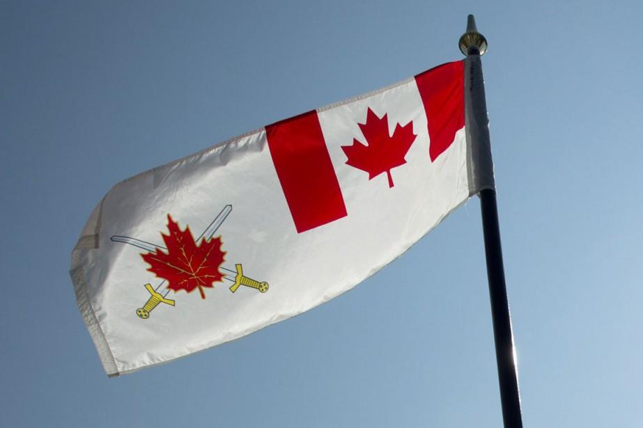 Le drapeau de l'armée canadienne.... (Archives, La Presse canadienne)