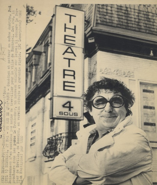 Paul Buisonneau pose à côté du théâtre de Quat'Sous lors du 25e anniversaire de l'établissement. (Archives Le Soleil)