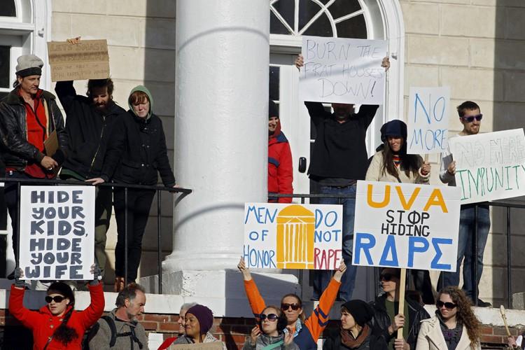 Des manifestants devant la maison d'une fraternité de... (PHOTO RYAN M. KELLY, ASSOCIATED PRESS)