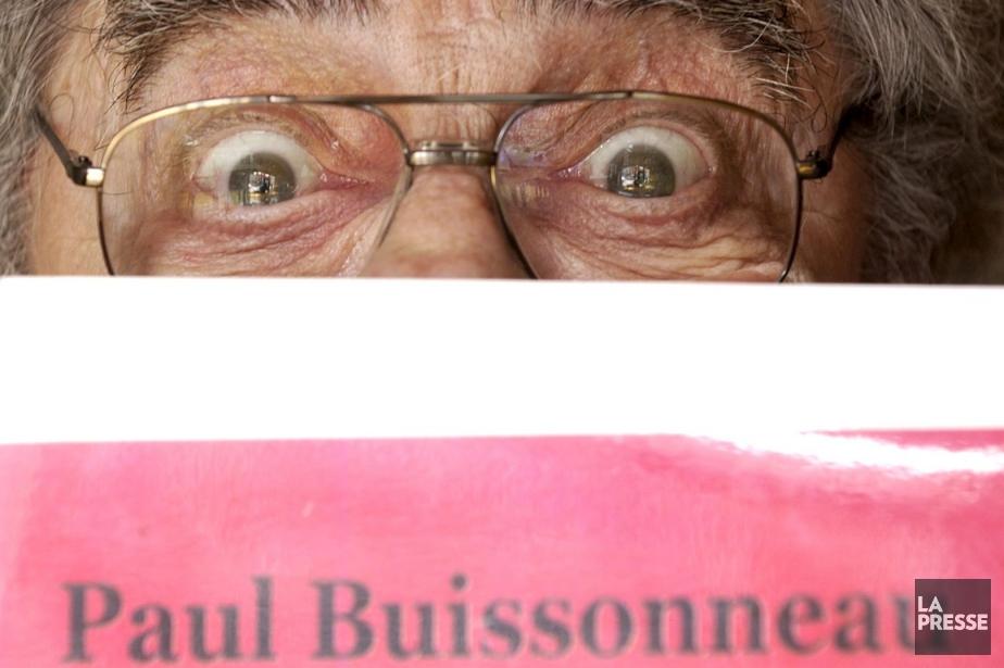 Paul Buissonneau pose derrière la couverture de son... (Photothèque La Presse, Bernard Brault)