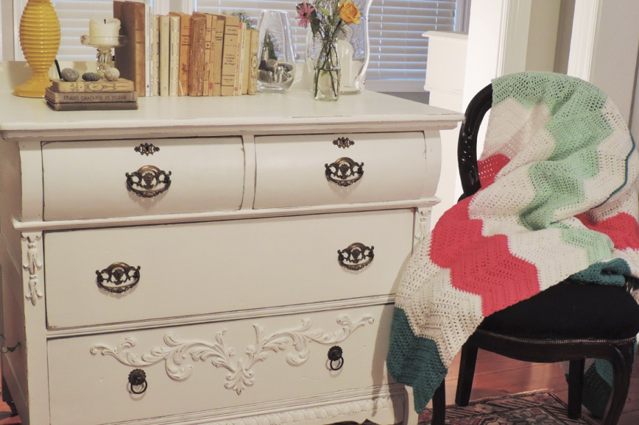 Les filles créent les décors dans lesquels le mobilier transformé est photographié. (Photo fournie par Gabrielle Savoie)