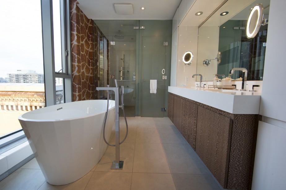 Dans la salle de bains attenante à la chambre principale, la douche se trouve à côté d'une toilette de marque Toto, dissimulée derrière une porte de verre givrée. (Photo Robert Skinner, La Presse)